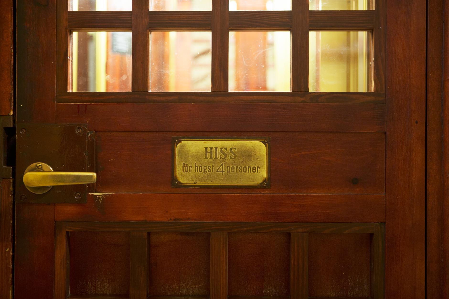 Hissinredning och hiss med ny hisskorg