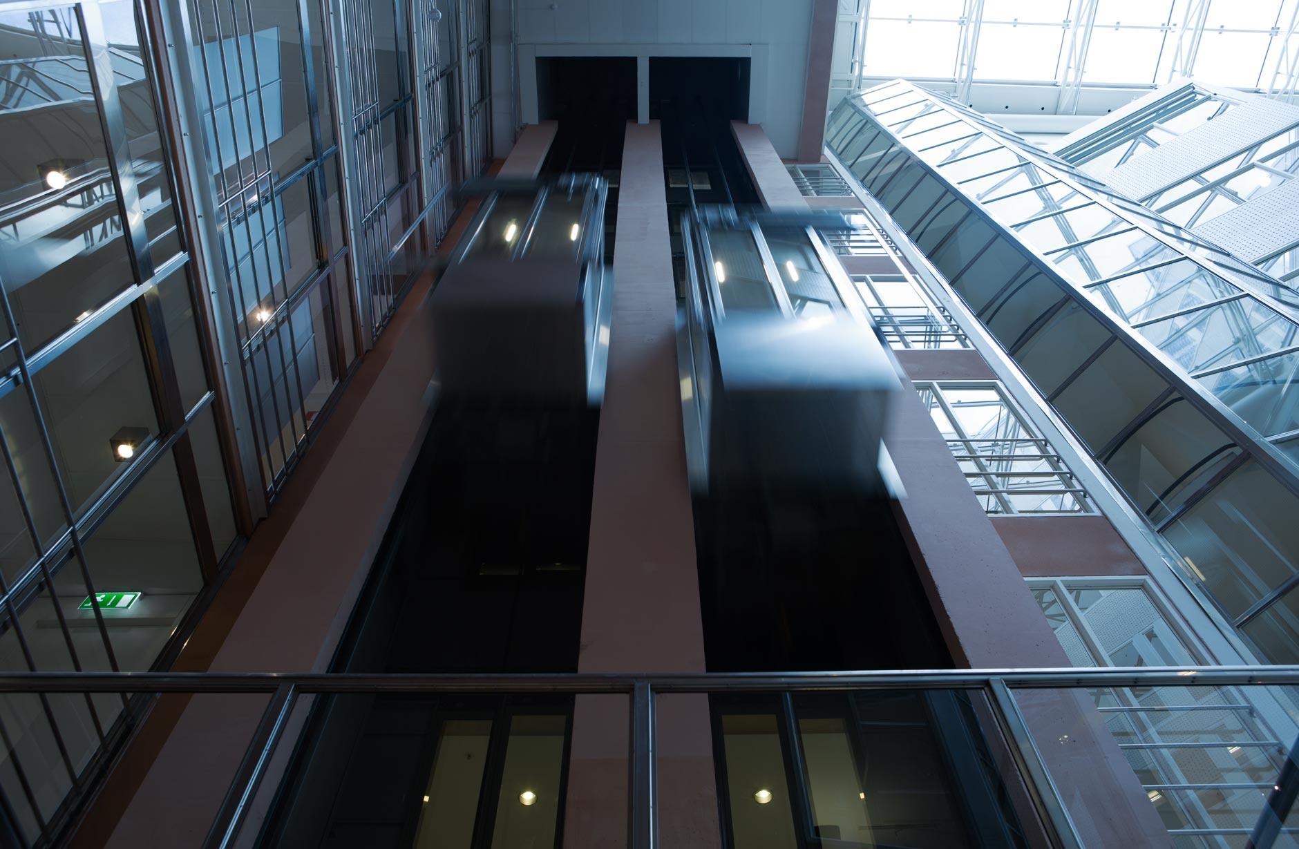 Den snabbaste hissen i världen färdas med en hastighet på 18 meter per sekund, eller 65 kilometer per timme